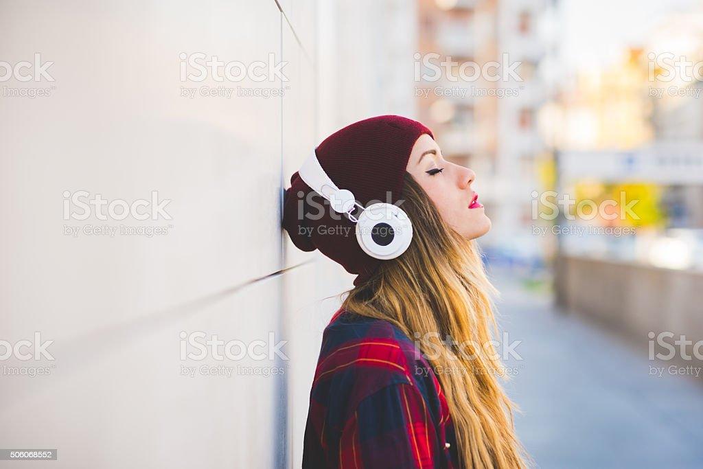 Media duración Retrato de perfil de joven atractiva rubia caucásica - foto de stock
