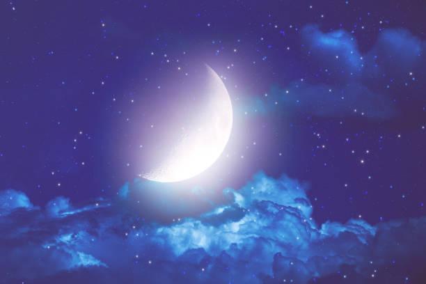 halbmond mit sternen und wolken auf einem dunklen himmel. meine astronomie-arbeit. - mondhoroskop stock-fotos und bilder