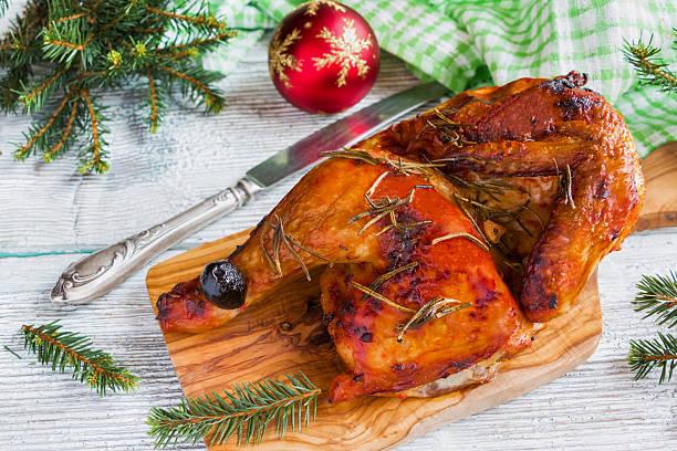 half of roasted chicken, wooden background, top view. - schnelles weihnachtsessen stock-fotos und bilder