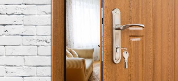 halb offene tür eines modernen wohnzimmer nahaufnahme. - schlüssel dekorationen stock-fotos und bilder