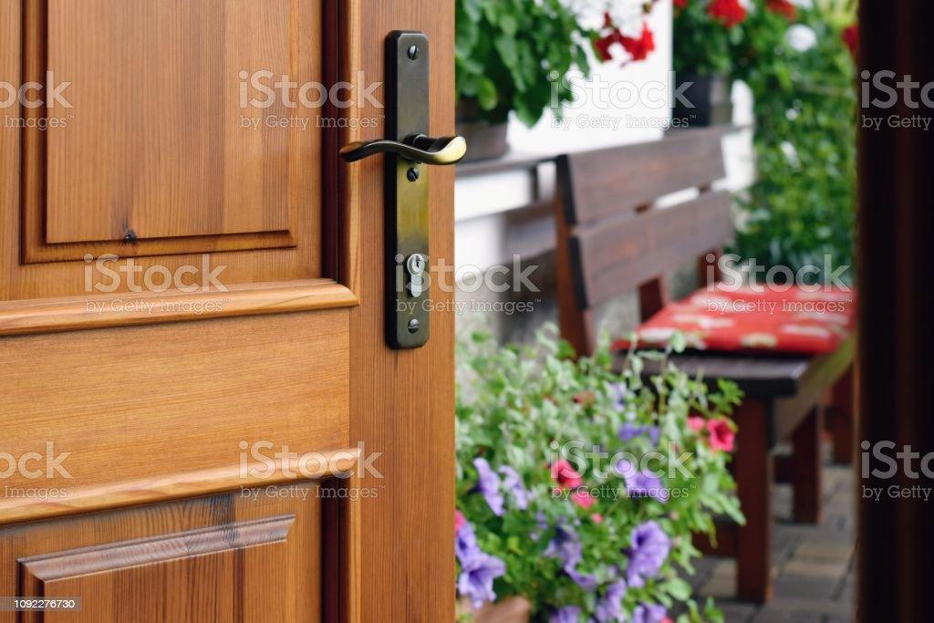 Photo libre de droit de Porte Moitié Ouverte Sur La Belle ...