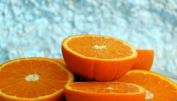 Half orange standing on other halves – Foto