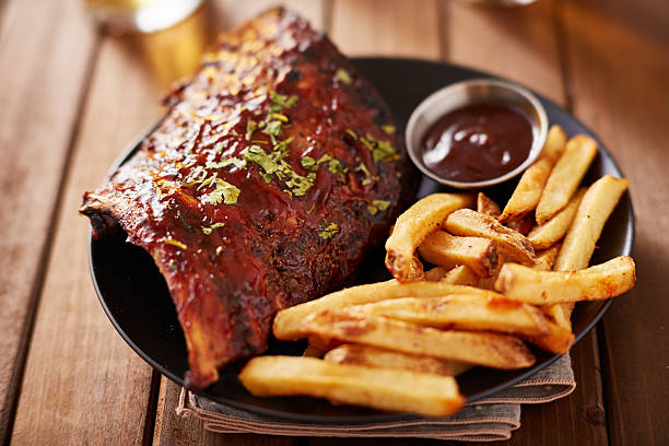 half rack barbecue rib platter with french fries - rib voedsel stockfoto's en -beelden