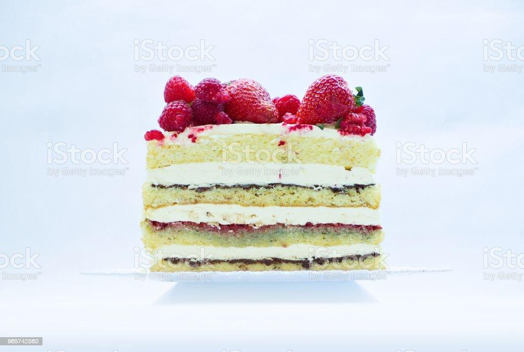 halve zoete taart, framboos, aardbei, boter crème heks chocolade lay-out - Royalty-free Aardbei Stockfoto