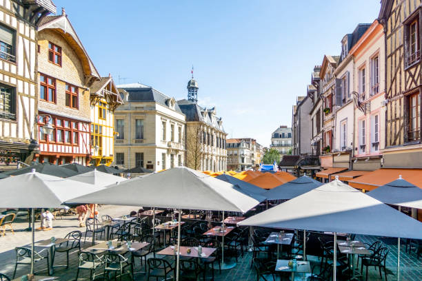 Mittelalterlichen Fachwerkhäusern am Marktplatz in charmanten Troyes, Frankreich – Foto