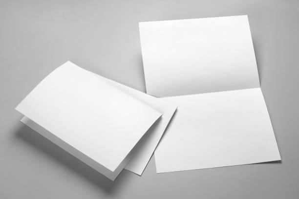 folleto, postal, volante o folleto semi-doblado - postal worker fotografías e imágenes de stock