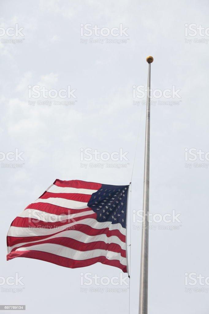 Bandeira americana meio mastro. - foto de acervo