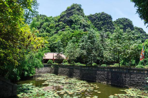 half-moon lake im kaiser-dinh-tempel in hoa lu, vietnam - holu stock-fotos und bilder