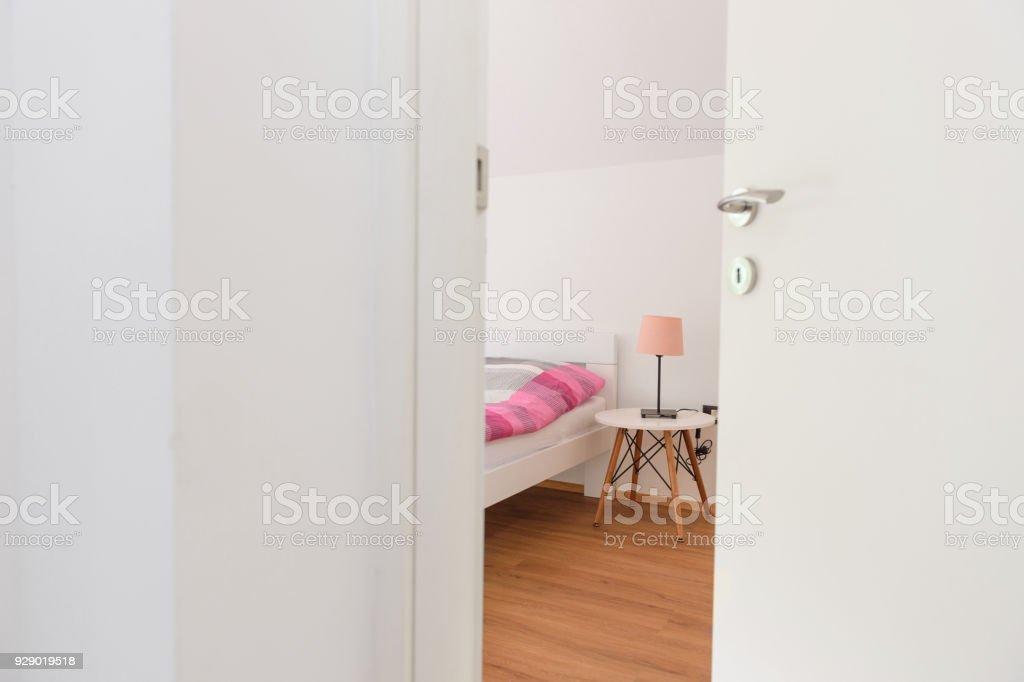 Halb-offene Tür eines Schlafzimmers – Foto