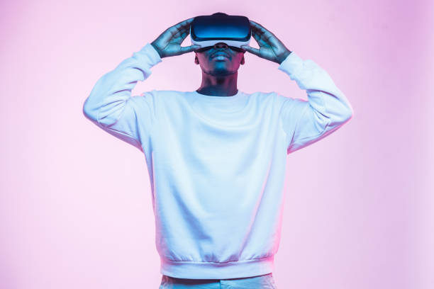half-size portrait of african man wearing casual clothes and entertaining in virtual reality, isolated on pink background - ritratto 360 gradi foto e immagini stock