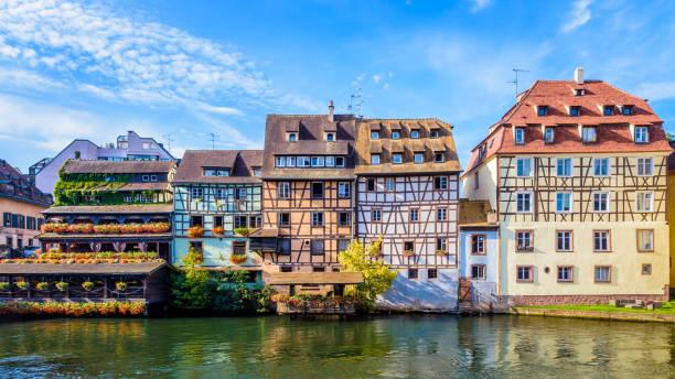 Bâtiments à colombages bordant l'Ill dans le quartier de la Petite France à Strasbourg, France. - Photo