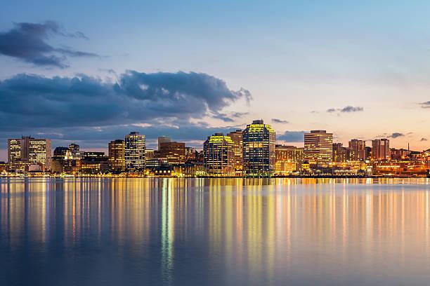 skyline der stadt bei nacht in halifax, nova scotia, kanada - nova scotia halifax stock-fotos und bilder