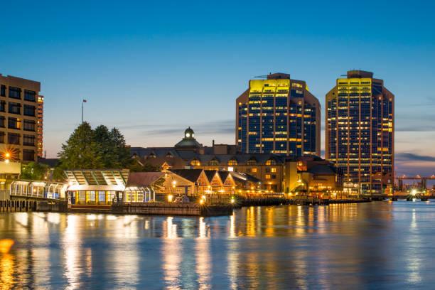 halifax waterfront in der nacht - nova scotia halifax stock-fotos und bilder