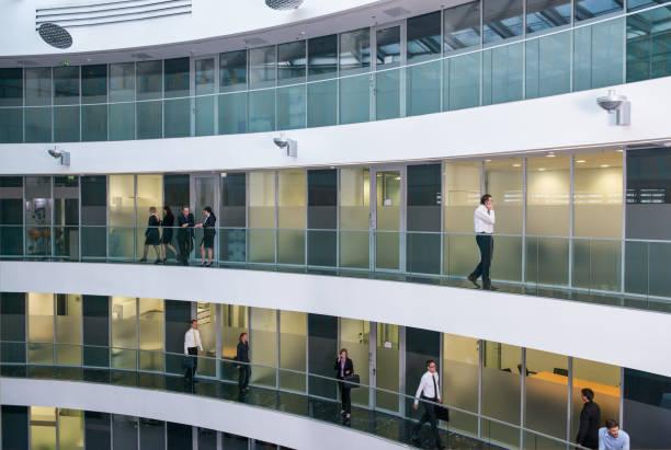 halle im business-center - öffentliches gebäude stock-fotos und bilder