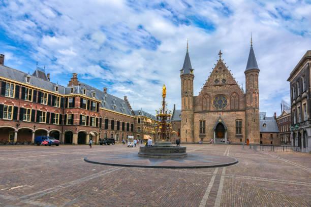 hall van de ridders (ridderzaal) op binnenplaats van het binnenhof (het nederlandse parlement), den haag, nederland - den haag stockfoto's en -beelden