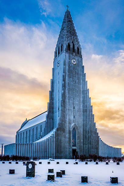 Hallgrimskirkja church, Reykjavik Hallgrimskirkja church in Reykjavik, Iceland, at sunset in winter. Hallgrímskirkja church stock pictures, royalty-free photos & images