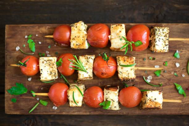 halloumi-käse und tomaten-spieße - mariniertes tofu stock-fotos und bilder