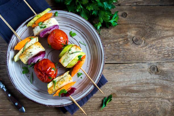 halloumi-käse und gemüse gegrillte spieße - spieße grillen stock-fotos und bilder