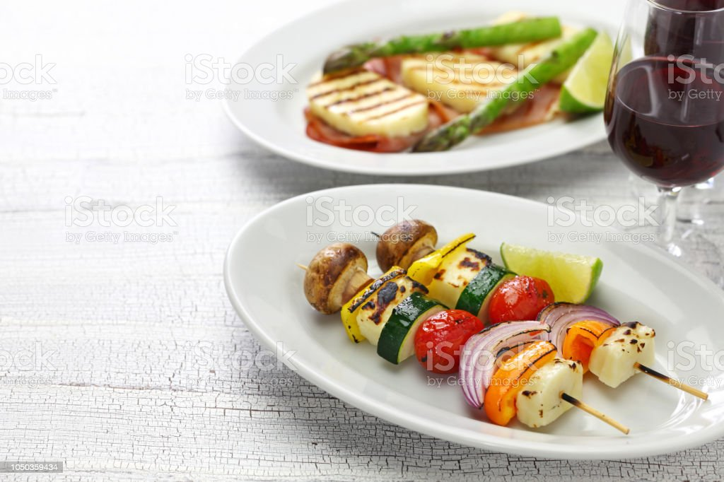 Halloumi kebab de legumes queijo, prato vegetariano - foto de acervo