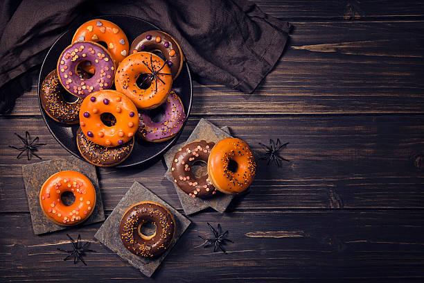 halloweeen donuts - halloween party lebensmittel stock-fotos und bilder
