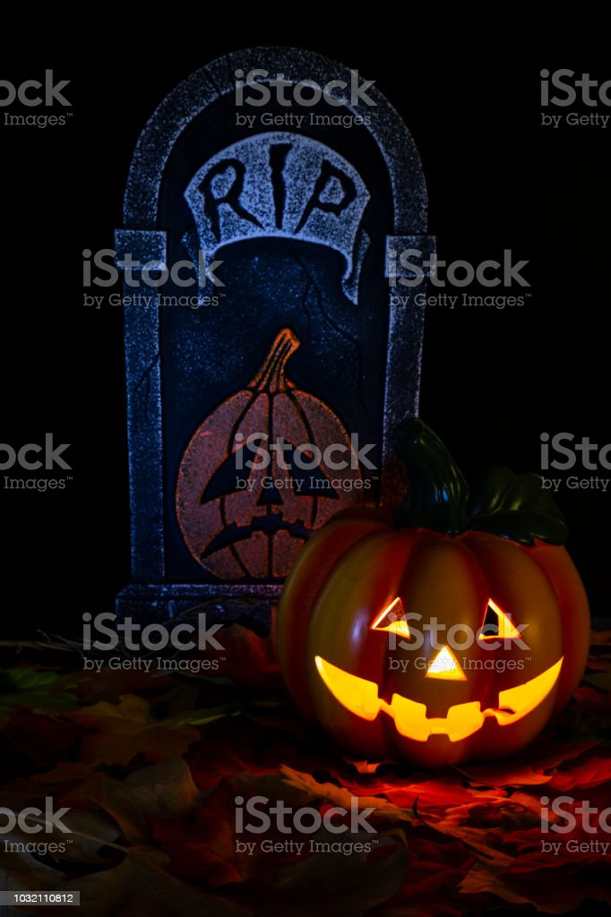 Halloween Chiesa.Halloween Background With A Pumpkin And A Tomb Fotografie Stock E