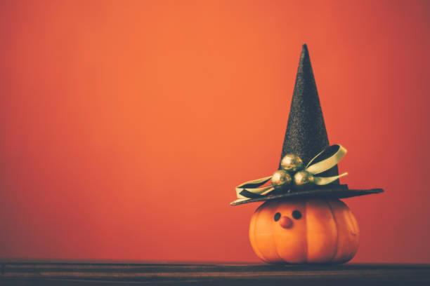 sevimli kabak cadı ile halloween arka plan - halloween background stok fotoğraflar ve resimler