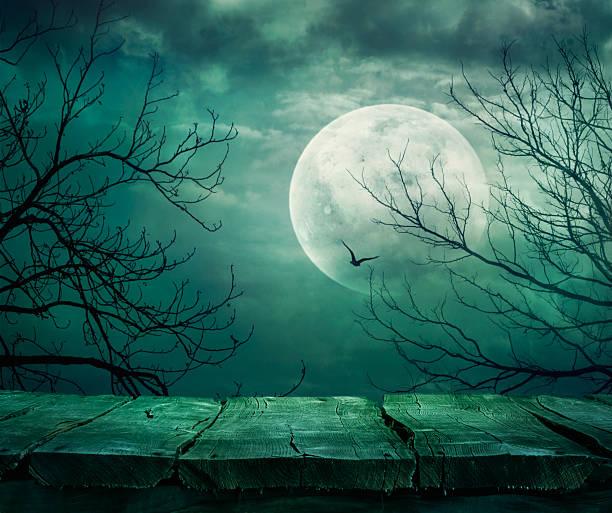 halloween-hintergrund mit tisch - waldfriedhof stock-fotos und bilder