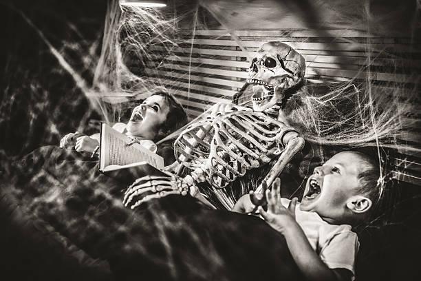 halloween gute-nacht-geschichten - humor bücher stock-fotos und bilder
