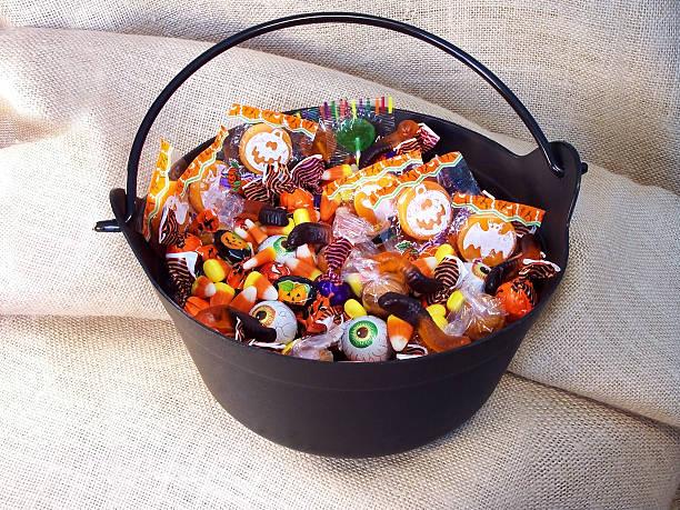 конфеты на хеллоуин 3 - halloween candy стоковые фото и изображения