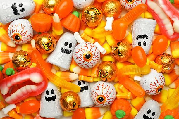 хэллоуин конфеты фон - halloween candy стоковые фото и изображения