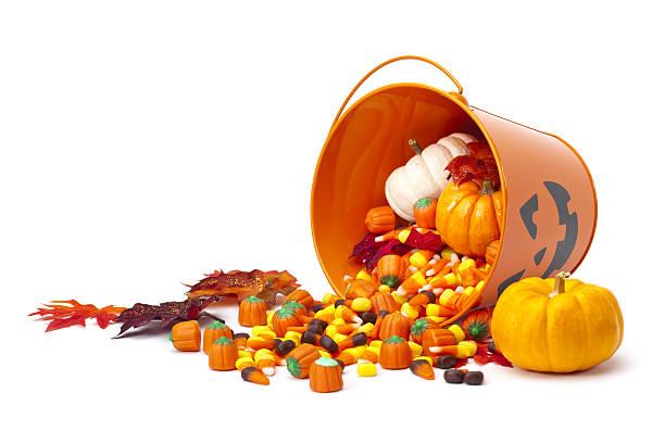 хэллоуин конфеты корзина - halloween candy стоковые фото и изображения