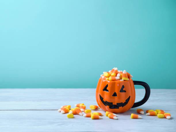 concepto de celebración de halloween con maíz de caramelo - halloween fotografías e imágenes de stock