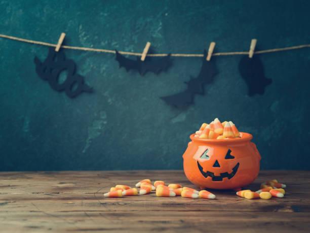 halloween-feier-konzept mit süßigkeiten - halloween party einladungen stock-fotos und bilder