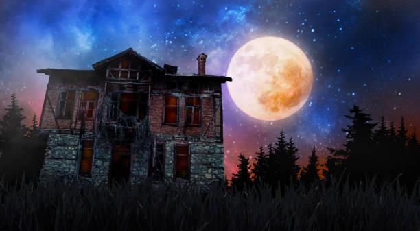 할로윈 소름 오래된 집 - 섬뜩한 뉴스 사진 이미지