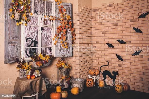 Halloween decorated yard of old house picture id602324944?b=1&k=6&m=602324944&s=612x612&h=4v31nerezfle6qarhzkp1ugfjqx4tdsqxas 7dyqkpy=