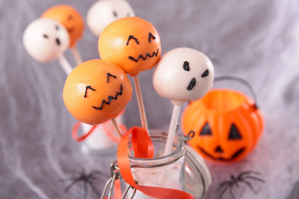 halloween-dekoration und süßigkeiten - lutscher cookies stock-fotos und bilder