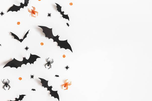 halloween dekorationen auf weißem hintergrund. halloween-konzept. flach legen, top aussicht, textfreiraum - halloween party einladungen stock-fotos und bilder