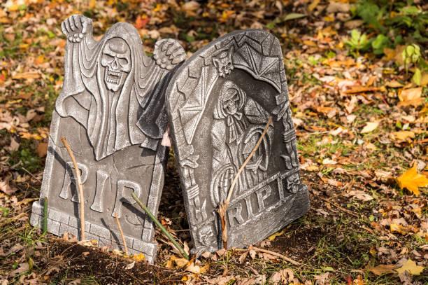 halloween deko grabsteine mit rip inschrift - halloween grabsteine stock-fotos und bilder