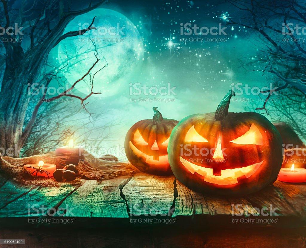 Illuminazione Halloween : Halloween design with pumpkins fotografie stock e altre immagini