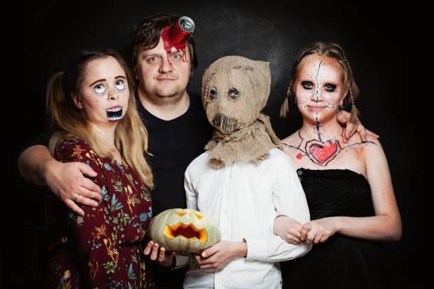 halloween-familie. glücklicher vater, mutter und kinder mädchen und jungen im halloween-kostüm und make-up - zum totlachen stock-fotos und bilder