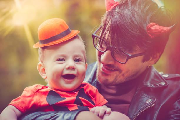 halloween für familien - coole halloween kostüme stock-fotos und bilder