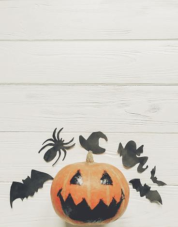 할로윈 플랫 하다 잭 랜 턴 호박 마녀 유령 박쥐와 거미 검은 장식 흰색 나무 배경 상위 뷰 텍스트에 대 한 공간에 계절 인사말입니다 해피 할로윈 개념 10월에 대한 스톡 사진 및 기타 이미지