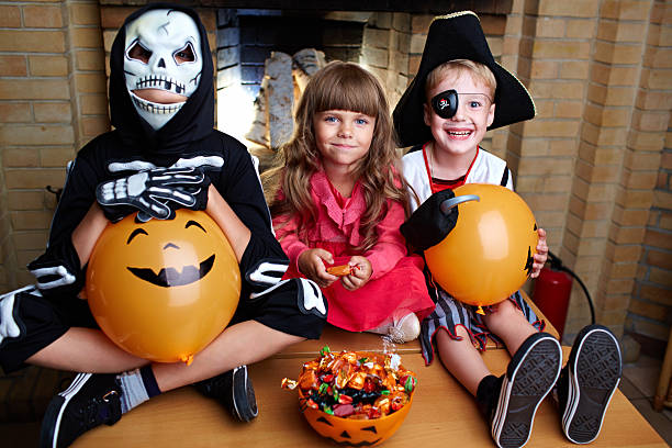 halloween freunden - piratenzimmer themen stock-fotos und bilder