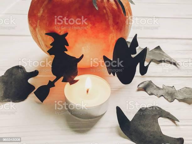 Halloween Happy Halloween Koncepcji Dynia Z Nietoperzami Duchów Czarownic I Czarnymi Dekoracjami Pająków Na Białym Drewnianym Tle Wycinki W Świetle Sezonowe Pozdrowienia Święto - zdjęcia stockowe i więcej obrazów Białe drewno