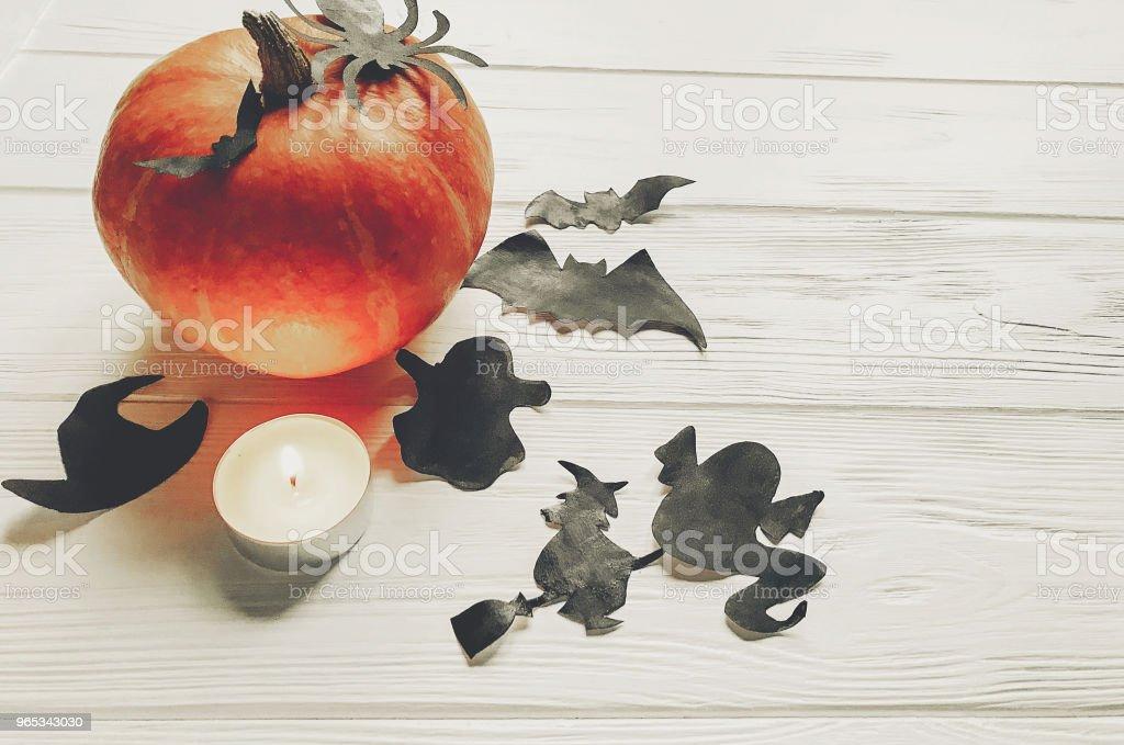할로윈입니다. 해피 할로윈 개념입니다. 마녀 유령 박쥐와 거미 검은 장식 흰색 나무 배경 텍스트 위한 공간 평면도 호박 가 휴가 축 하에 대 한 단편 - 로열티 프리 10월 스톡 사진