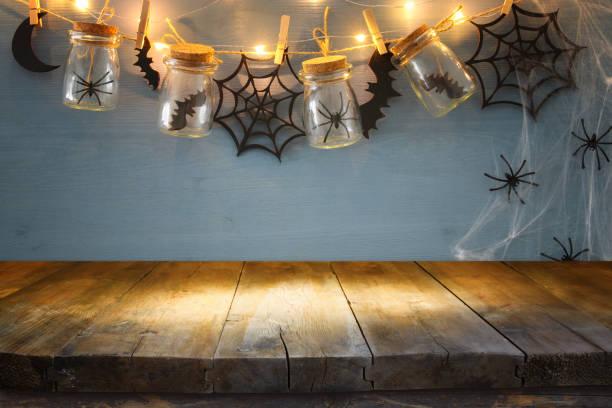 halloween-urlaub mit leeren rustikalen tisch hintergrund. bereit für produkt display montage - halloween party einladungen stock-fotos und bilder
