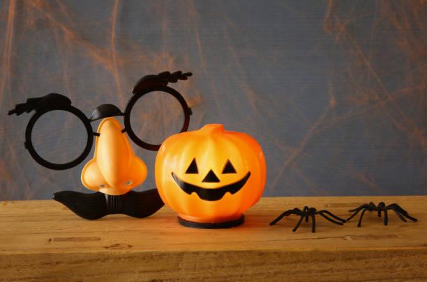 halloween ferienkonzept. süße kürbis auf holztisch - halloween party einladungen stock-fotos und bilder