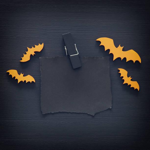 halloween urlaub minimal draufsicht bild des leeren brief text über hölzerne hintergrund hinzufügen. karte und einladung konzept. - halloween party einladungen stock-fotos und bilder