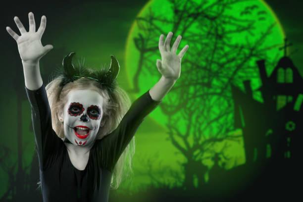 halloween, feiertage, maskerade konzept - das porträt des jungen schönen mädchen mit skull bilden und hörnern. halloween, gesicht-kunst, schädel konzept bilden. - dracula schminken stock-fotos und bilder