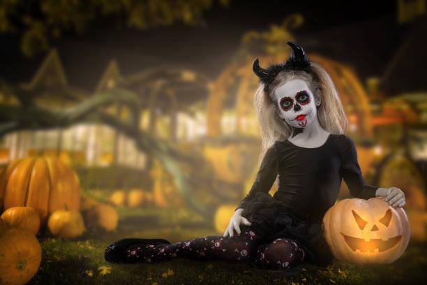 halloween, feiertage, maskerade konzept - das porträt des jungen schönen mädchen mit skull bilden auf kürbisse hintergrund. halloween, gesicht-kunst, schädel bilden - dracula schminken stock-fotos und bilder